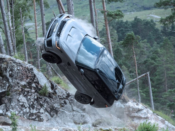 NEW BEHIND-THE-SCENES FOOTAGE SHOWS RANGE ROVER SPORT SVRT IN NEW JAMES BOND FILM