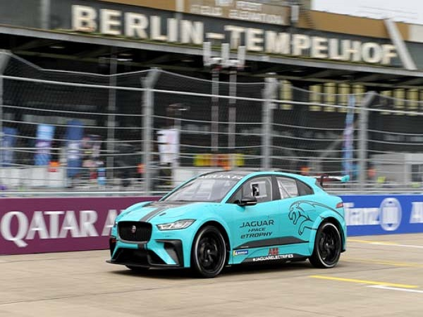 Jaguar I-PACE eTrophy wows on public debut at Berlin E-Prix