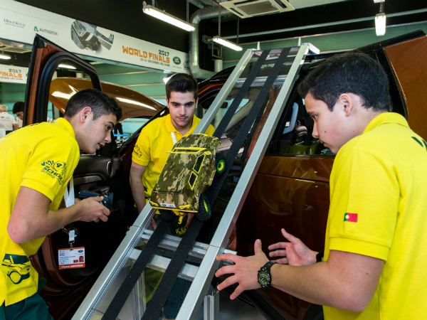 YOUNG ENGINEERS CRACK THE LAND ROVER CODE IN ABU DHABI