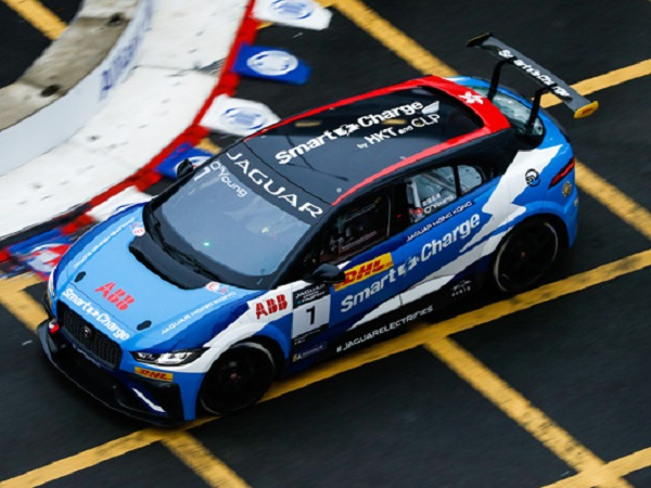 I-PACE eTROPHY R3: Bryan Sellers excels on the wet streets of Hong Kong