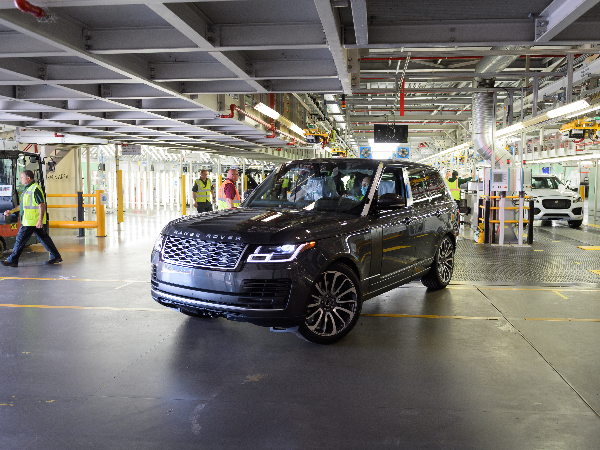 FIRST RANGE ROVER MADE UNDER SOCIAL DISTANCING MEASURES COMES OFF SOLIHULL PRODUCTION LINE