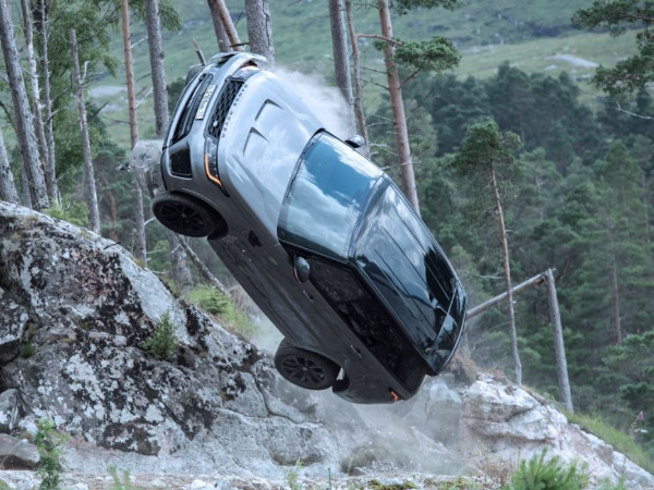 NEW BEHIND-THE-SCENES FOOTAGE SHOWS RANGE ROVER SPORT SVR IN NEW JAMES BOND FILM